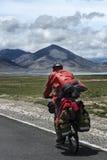 人在藏语的骑马自行车 库存图片