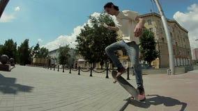 人在街道上的一个滑板去和做把戏 股票录像