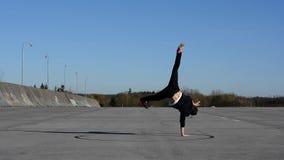 年轻人在街道上的跳舞breakdance 股票视频