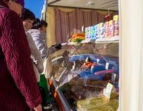 人在街道上的购买产品卖点 免版税库存图片