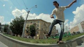 人在街道的一个滑板做一个把戏 股票视频