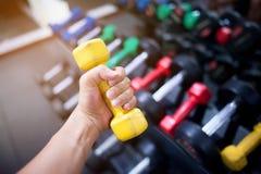 人在装备健身赛跑,举重的` s健身,走得到它健康吃的概念 图库摄影