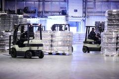 人在装载者机器工作在Ochakovo工厂 免版税库存图片