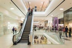 人在豪华购物中心内部的人群购物 免版税库存图片