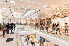 人在豪华购物中心内部的人群购物 图库摄影