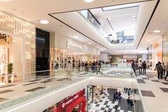人在豪华购物中心内部的人群购物 免版税库存照片