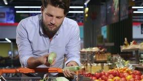 人在超级市场采取从盘子的南瓜 股票录像