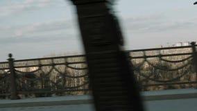 人在路桥梁的边路乘坐滑板 影视素材