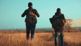 人在路道路冒险游客旅行生活方式本质上秋天去 慢动作录影 两徒步旅行者与 股票录像
