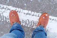 人在路面的` s鞋子 图库摄影