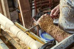 人在车床做一个木产品 免版税库存图片