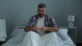 人在采取生物活跃添加剂的床上,充分感觉能量 股票视频