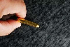 人在金制马上的齿龈的手指接触 免版税图库摄影