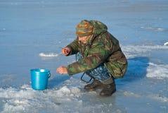 人在钓鱼39的冬天 库存图片