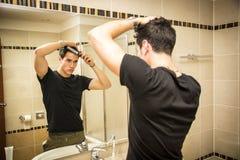 人在镜子的轴衬头发的反射 免版税库存照片