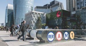 人在防御商业区输入RER驻地, 库存图片