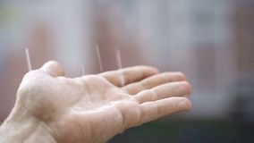 人在雨上把他的手放 股票视频