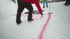 人在雪板运动做红色浪花标号落后 多雪的山 手段滑雪 挑战 竞争 股票录像