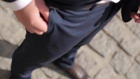 人在鞋子的` s在石地板上的腿和衣服 股票录像
