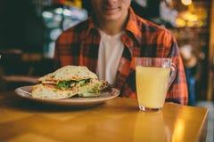人在餐馆吃着并且享用可口食物 免版税图库摄影