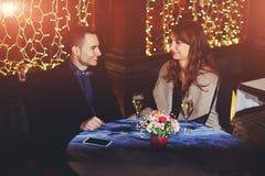 人在餐馆带来了他的女朋友 免版税图库摄影