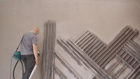 人在绘有电油漆喷雾器的台阶站立墙壁 股票视频