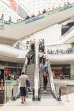 人在购物豪华购物中心内部的人群仓促 库存图片
