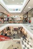 人在购物豪华购物中心内部的人群仓促 免版税库存图片