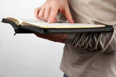 人在他的手上拿着一本开放书 免版税库存图片
