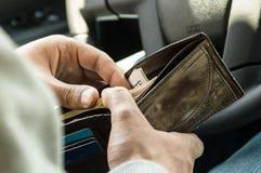 人在他的钱包里的寻找金钱 库存照片