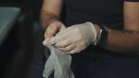 人在他的tattoed手穿上橡胶手套 股票录像