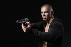 人在黑色的射击枪 免版税图库摄影