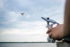 人在水表面的飞行寄生虫 库存图片
