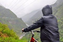 人在Banos,厄瓜多尔的骑马自行车 图库摄影