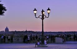 人在Borghese Ville的日落在罗马冥想的 免版税库存照片