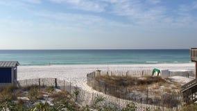 人在Destin佛罗里达海滩走 影视素材