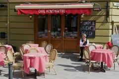 人坐在桌上在咖啡馆蒙马特在街市维尔纽斯,立陶宛 免版税库存图片