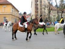 年轻人坐在街市布拉索夫的马 免版税库存照片