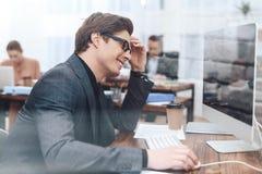 人坐在计算机 免版税库存图片