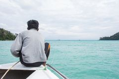 人坐小船前面,当横渡安达曼时 库存照片