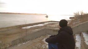 人坐岸,小船在河漂浮,男孩,单独 影视素材