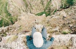 人坐峭壁边缘  库存照片