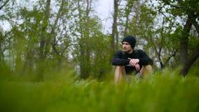 年轻人坐草在森林里 影视素材
