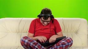 人坐长沙发情感地高兴胜利网络游戏 股票录像