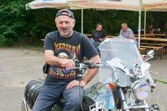 人坐他的摩托车 免版税库存照片
