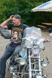 人坐他的摩托车 图库摄影