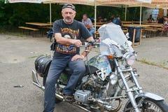 人坐他的摩托车 库存照片