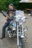 人坐他的摩托车 库存图片