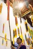 人垂悬在寺庙里面的一个佛教提议 库存照片