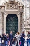 人垂直广场的del通过在中央古铜色门前面的Duomo对大教堂 免版税库存图片
